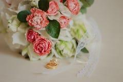 在一张白色桌上的美丽的现代婚姻的花束 婚姻的属性   免版税库存照片