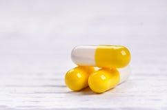 在一张白色桌上的药房背景 在一个空白背景的片剂 药片 医学和健康 胶囊关闭 Differend 库存照片