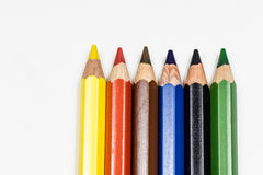 在一张白色桌上的逗人喜爱的婴孩铅笔蜡笔 被隔绝的背景 免版税图库摄影
