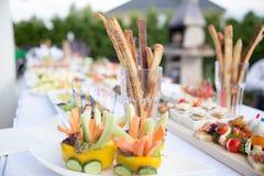 在一张白色桌上的露天,在blurre的开胃快餐 库存图片
