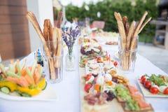 在一张白色桌上的露天, chees开胃开胃菜  图库摄影