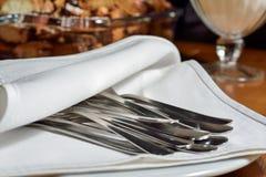 在一张白色桌布的扁平的餐具在自助餐 免版税库存照片