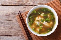 在一张白色碗水平的顶视图的日本大酱汤 免版税库存图片
