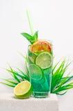 在一张石桌上的果子冷的柠檬水 免版税库存图片