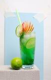 在一张石桌上的果子冷的柠檬水 免版税图库摄影