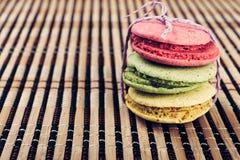 在一张竹席子的五颜六色的macarons 库存照片