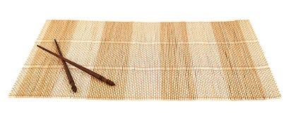 在一张竹席子的筷子 图库摄影
