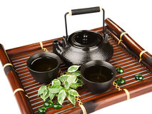 在一张竹席子的茶具 免版税库存图片