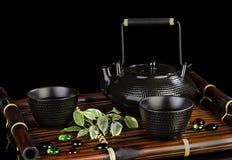 在一张竹席子的茶具 库存照片