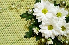 在一张竹席子的雏菊构成 免版税图库摄影