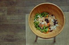 在一张竹碗顶视图的健康沙拉 免版税库存图片