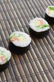 在一张竹秸杆serwing的席子寿司卷谎言 亚洲食物炒饭传统蔬菜 免版税库存图片
