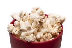 在一张红色碗顶视图的玉米花 免版税库存照片