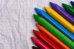 在一张纸的色的铅笔与自由空间的文本的 库存图片
