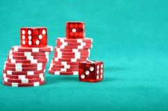 在一张绿色使用的表的啤牌赌博的筹码 免版税库存图片