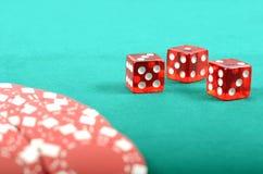 在一张绿色使用的表的啤牌赌博的筹码 库存图片