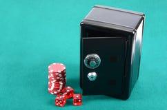 在一张绿色使用的表的啤牌赌博的筹码 免版税库存照片