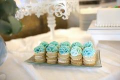 在一张美丽的桌上的蛋糕 免版税库存照片