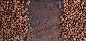 在一张老木书桌上的最佳的咖啡豆 与拷贝空间的顶视图您的文本的 创造性的咖啡背景 库存图片