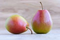 在一张老木桌上的两个梨,特写镜头 免版税库存图片