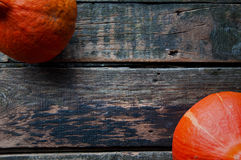在一张老木桌上的南瓜从上面与文本空间 库存照片