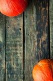 在一张老木桌上的南瓜从上面与文本空间 免版税库存照片