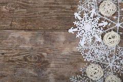 在一张老木桌上的圣诞节装饰 免版税库存图片