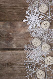在一张老木桌上的圣诞节装饰 库存图片