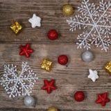 在一张老木桌上的圣诞节装饰 免版税图库摄影