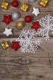 在一张老木桌上的圣诞节装饰 免版税库存照片