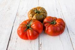 在一张老木桌上的大红色新鲜的蕃茄在土气样式,关闭 免版税库存图片