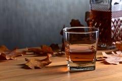 在一张老木桌上的威士忌酒 库存图片