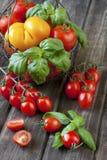 在一张老木桌上的新鲜的五颜六色的可口蕃茄 免版税库存照片