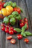 在一张老木桌上的新鲜的五颜六色的可口蕃茄 库存照片