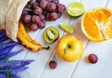 在一张老木桌上的新鲜的柑橘水果 免版税库存图片