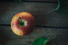 在一张老木桌上的新鲜的苹果 免版税库存图片