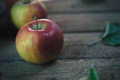 在一张老木桌上的新鲜的苹果 库存图片