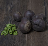在一张老木桌上的煮沸的甜菜根 免版税图库摄影