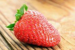 在一张老木桌的草莓 免版税库存照片