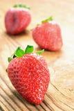 在一张老木桌的草莓 免版税库存图片