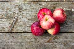 在一张老木表的苹果 库存图片