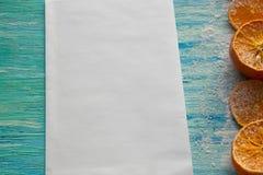 在一张老蓝色背景大模型顶视图的干果子桔子 食物 免版税库存照片