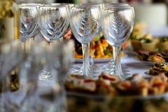 在一张自助餐桌上的新的酒杯用开胃菜 免版税库存照片
