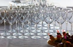 在一张自助餐桌上的新的酒杯用开胃菜 库存图片