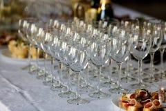 在一张自助餐桌上的新的酒杯用开胃菜 免版税图库摄影