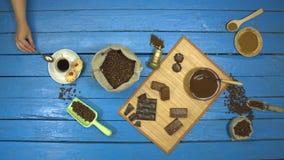 在一张蓝色木桌上的咖啡和à巧克力点心 r t 股票录像