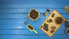 在一张蓝色木桌上的咖啡和巧克力点心 r 股票视频