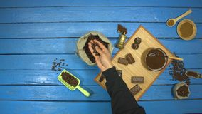 在一张蓝色木桌上的咖啡和巧克力点心 r t 股票录像