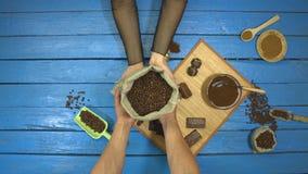 在一张蓝色木桌上的咖啡和巧克力点心 r t 影视素材