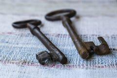在一张被编织的地毯的两把老钥匙 图库摄影